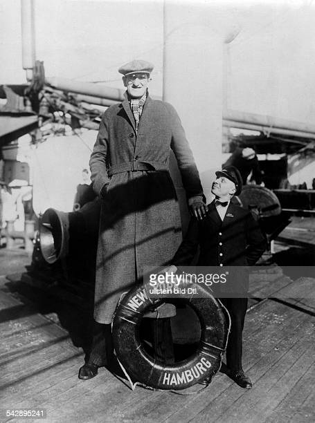 USA Giant Mark Ehrlich on a steam ship of the HAPAG in New York 1931