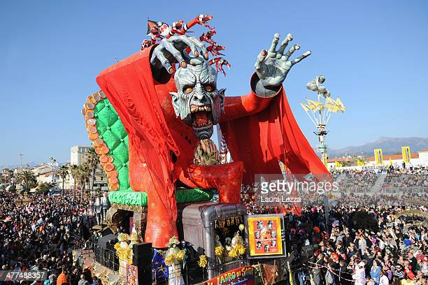 A giant papiermache float moves through the streets of Viareggio during the traditional Carnival parade on March 9 2014 in Viareggio Italy The...