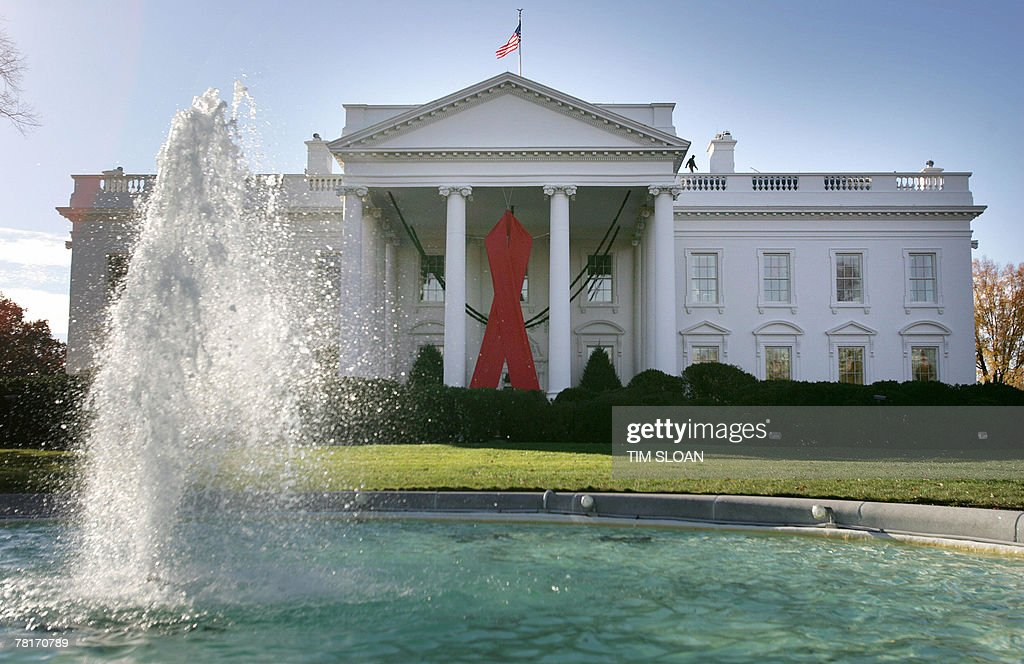 A giant red ribbon hangs 30 November 200 : News Photo