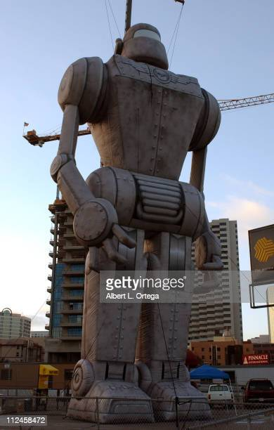 """Giant robots on display to promote Paramount's """"Sky Captain and the World of Tomorrow"""""""