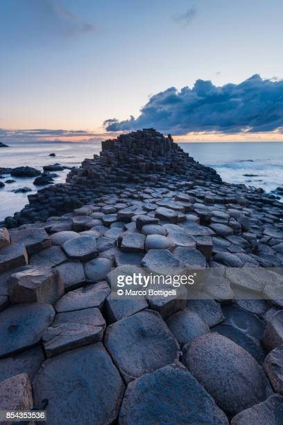 giant's causeway, northern ireland. - unesco welterbestätte stock-fotos und bilder