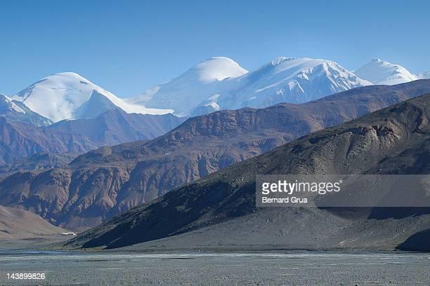 giants from roof of world - bernard grua photos et images de collection