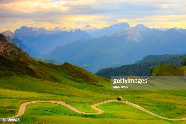 giau pass – idyllic mountain pass road in northern italy dolomites alps at sunset, near cortina d'ampezzo - alta badia stock pictures, royalty-free photos & images