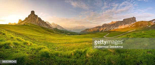 giau pass, italy - terreno coberto de grama - fotografias e filmes do acervo