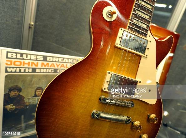 gibson eric clapton 39 beano 39 les paul on display during a press news photo getty images. Black Bedroom Furniture Sets. Home Design Ideas