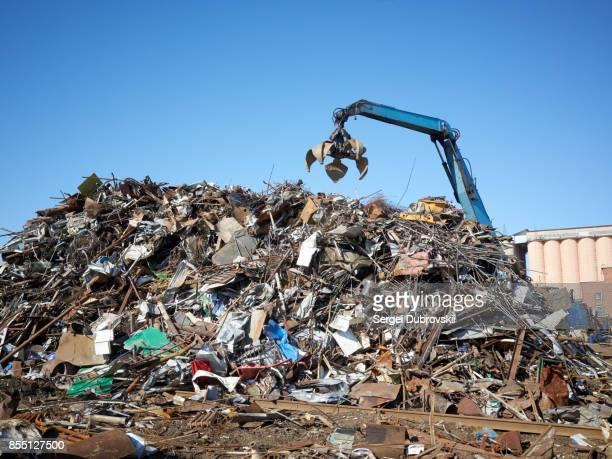 gidraulic mechanical grabber moves scrap rusty metal heap - junkyard stock photos and pictures