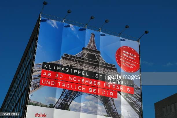 Giebelwand der Komischen Oper Berlin im Zeichen des Klimagpfels in Paris