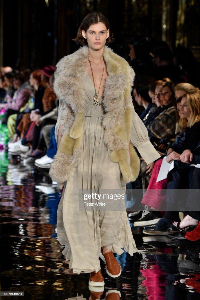 Stella McCartney : Runway - Paris Fashion Week Womenswear Fall/Winter 2018/2019 : Nieuwsfoto's