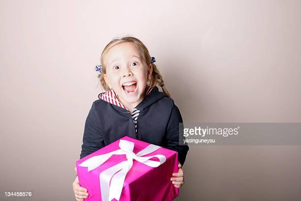 caja de regalo suprise - recibir fotografías e imágenes de stock