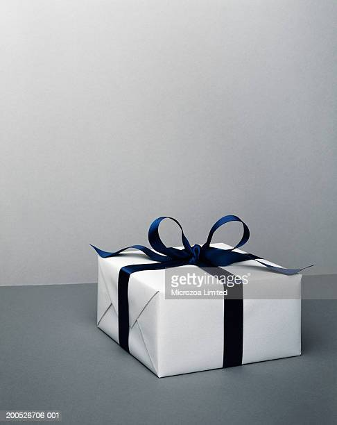 gift box with bow, close-up - microzoa fotografías e imágenes de stock