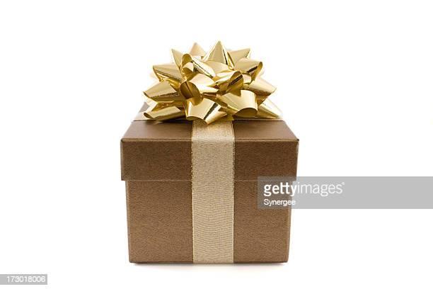 Boîte de cadeau avec arc d'or sur fond blanc