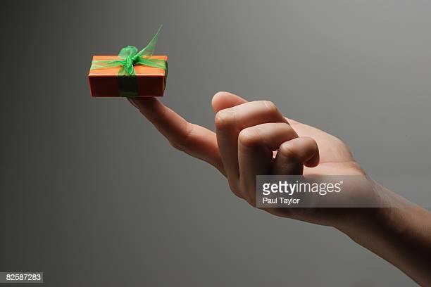 gift in hand - alleen één mid volwassen vrouw stockfoto's en -beelden