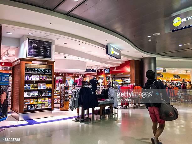 tienda de regalos en el aeropuerto de miami - aeropuerto internacional de miami fotografías e imágenes de stock