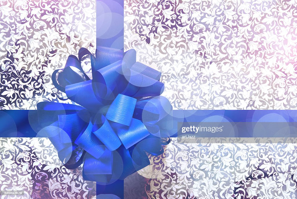 Gift with blue bow and ribbon : Stockfoto