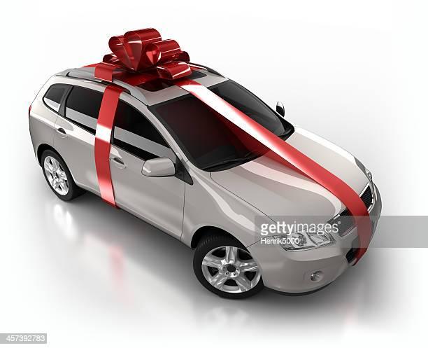 Geschenk verpackt SUV Auto im studio, isoliert auf weiss