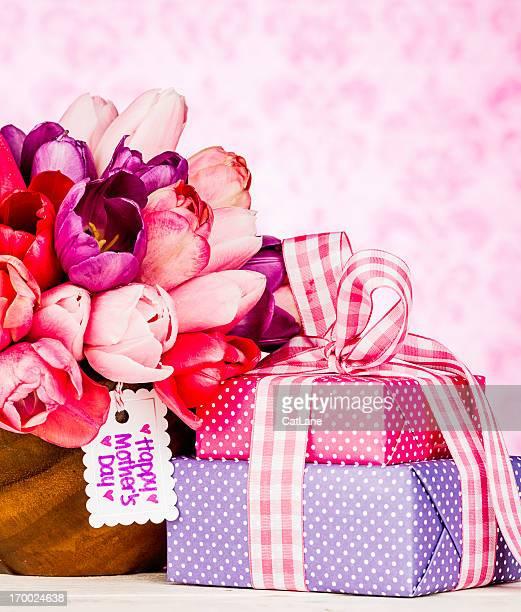geschenke und eine blumen für mama - muttertag herz stock-fotos und bilder