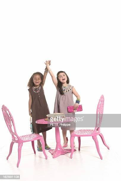 Gifts For Mother'S Day Photo studio deux fillettes jouant à la maman avec de gauche à droite Angelina en robe trois trous en lin chocolat bordée de...
