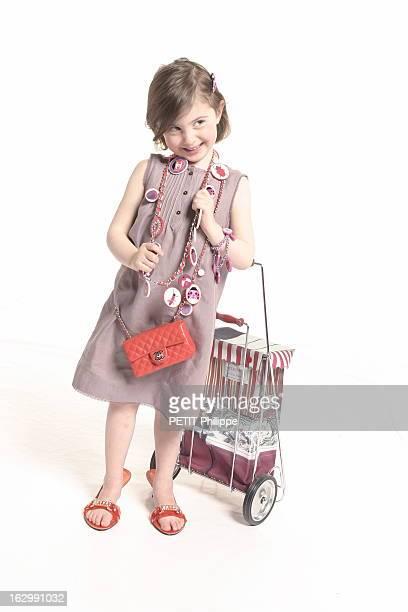 Gifts For Mother'S Day Photo studio fillette jouant à la maman avec Lou en robe trois trous en lin taupe bordée de dentelle ton sur ton BONPOINT...
