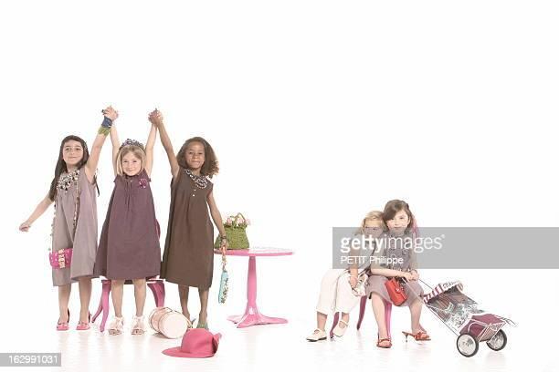 Gifts For Mother'S Day Photo studio fillettes jouant à la maman avec de gauche à droite Angelina en robe trois trous en lin chocolat bordée de...