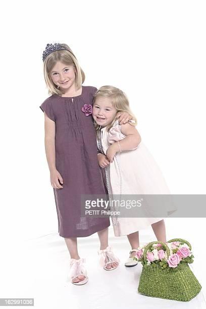Gifts For Mother'S Day Photo studio fillettes jouant à la maman avec Léa en robe de lin rose pâle avec petiets manches et smocks BONPOINT chaussures...