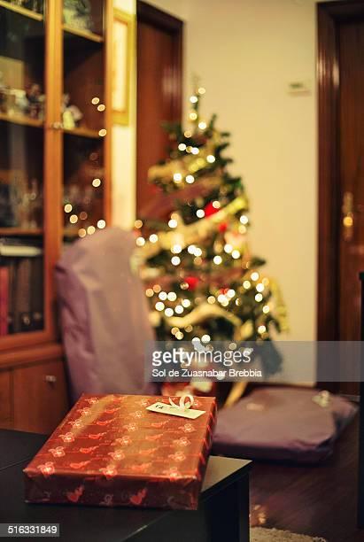 gifts under the christmas tree in a home - reyes magos regalos fotografías e imágenes de stock
