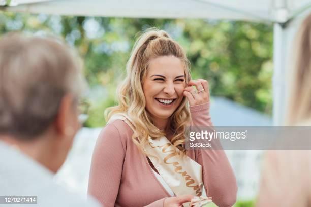 giechelende moeder om te zijn - sjerp stockfoto's en -beelden
