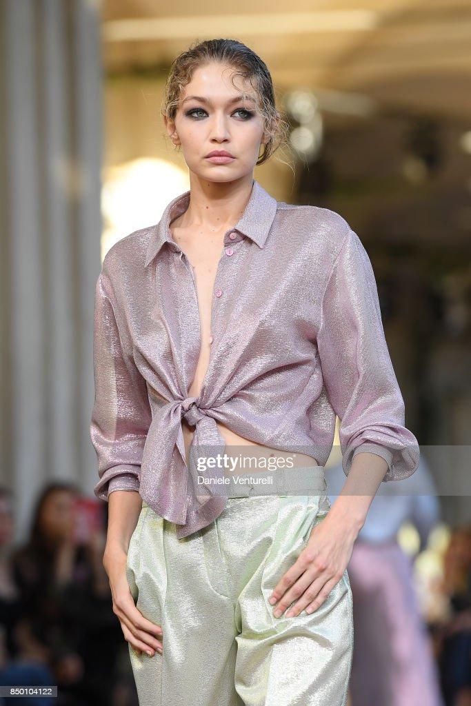 Alberta Ferretti - Runway - Milan Fashion Week Spring/Summer 2018 : Nachrichtenfoto