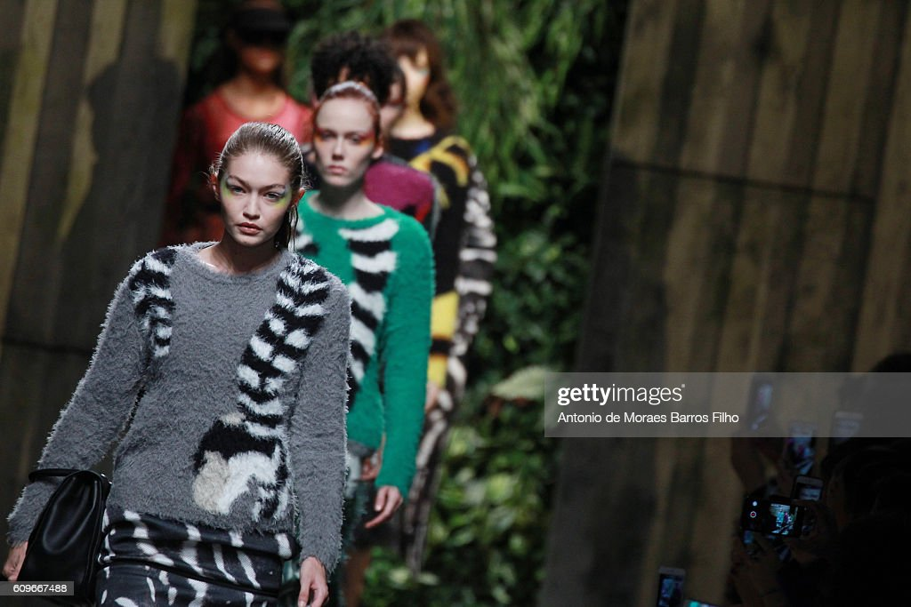 Max Mara - Runway - Milan Fashion Week SS17 : News Photo