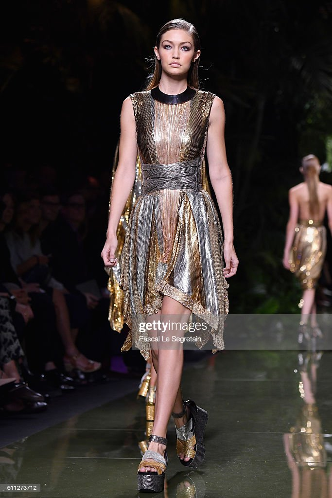 Balmain : Runway - Paris Fashion Week Womenswear Spring/Summer 2017 : News Photo