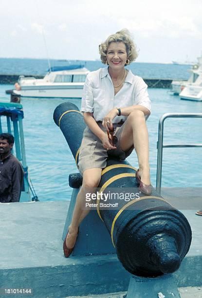 Gila von Weitershausen neben den Dreharbeiten zur ZDFReihe Traumschiff Folge 22 Indien/Malediven Male/Malediven/Asien Hafen Pier Boot Kanone Schmuck...