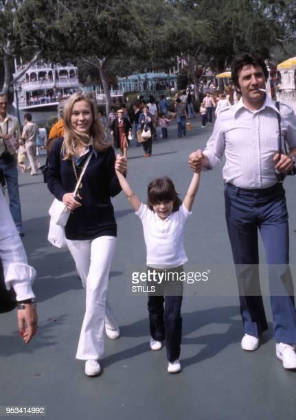 Gilbert Bécaud en famille à Disneyland dans les années 80, France. Circa 1980.