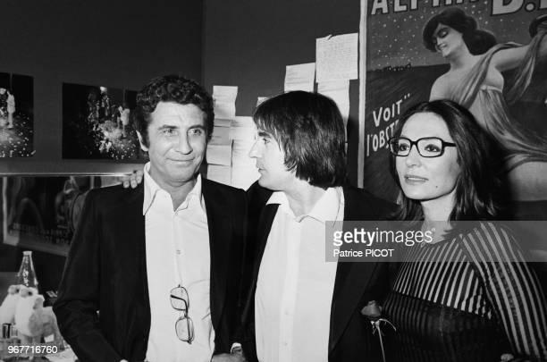 Gilbert Bécaud et Nana Mouskouri félicitent Serge lama après sa 1ère au Palais des Congrès à Paris le 30 janvier 1981 France