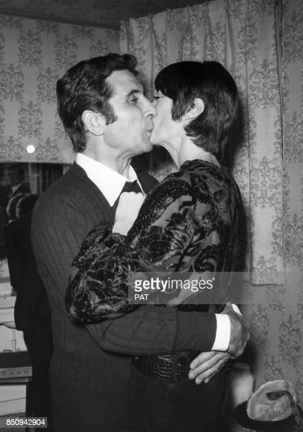 Gilbert Bécaud félicité dans sa loge de l'Olympia par Annabel Buffet le 13 octobre 1970 à Paris France