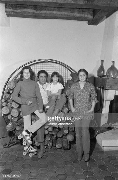 Gilbert Becaud en famille De gauche à droite sa fille Jennifer Becaud Gilbert Becaud ses filles Emily Becaud et Anne Becaud