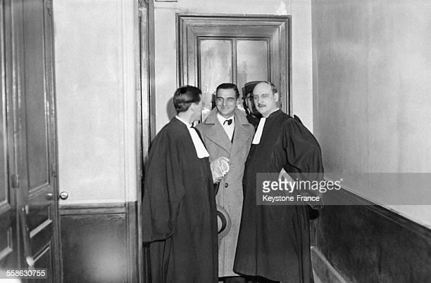 Gilbert Romagnino l'homme de confiance de Stavisky sortant du bureau du juge d'instruction accompagne de son avocat Raymond Hubert a Paris France en...