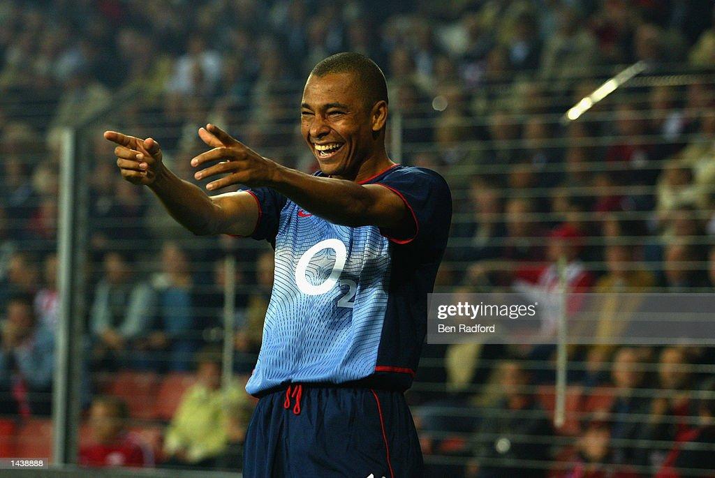 Gilberto Silva of Arsenal celebrates : News Photo