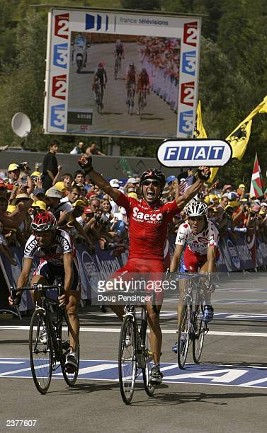 Gilberto Simoni of Italy, riding for Saeco, finishes before Laurent Dufaux of Switzerland, riding for Alessio, and Richard Virenque of France, riding...
