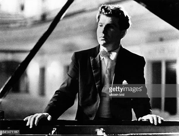 Gilels Emil *Pianist UdSSR Portrait am Fluegel stehend undatiert