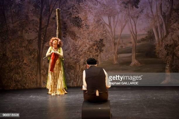 Gilles David Julie Sicard de la ComédieFrançaise interprètent 'La dame aux jambes d'azur' au Studio Théâtre de la Comédie Française pièce d'Eugène...