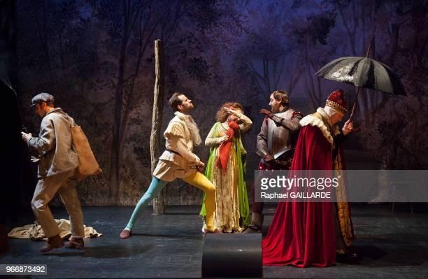 Gilles David Julie Sicard et Benjamin Lavernhe de la ComédieFrançaise interprètent 'La dame aux jambes d'azur' au Studio Théâtre de la Comédie...