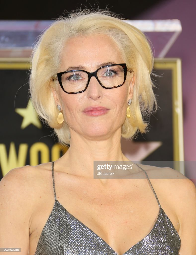 Gillian Anderson Honored With Star On The Hollywood Walk Of Fame : Nieuwsfoto's