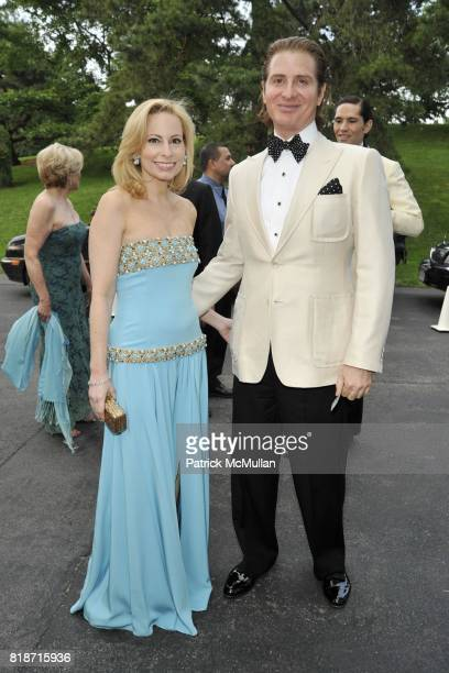 Gillian Miniter and Eric Javits attend THE CONSERVATORY BALL at The New York Botanical Garden on June 3 2010 in New York City