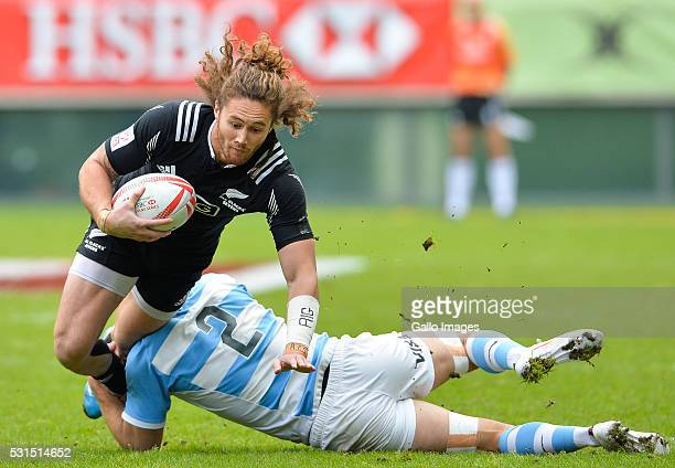 Gillies Kaka of New Zealand is tackled by Santiago Alvarez of Argentina during the cup quarter final match between New Zealand and Argentina on day 3...