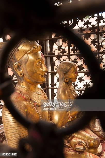 gilt statues of king malla and his queen - バクタプル ストックフォトと画像