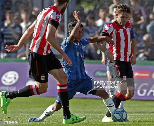 Gimnasia y Esgrima midfielder Jesus Vargas vies for the ball with Estudiantes' defenders Jonatan Schunke and Facundo Sanchez during an Argentina...