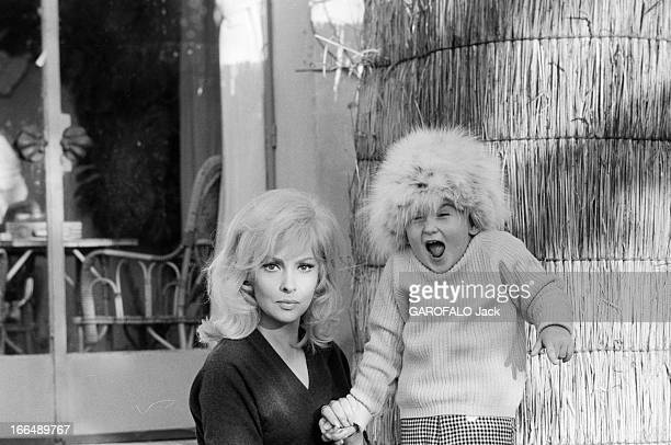 Gina Lollobrigida And Her Son During The Shooting Of The Film 'La Beaute D'Hippolyte' By Giancarlo Zagni Rome alentours 8 janvier 1962 Lors du...