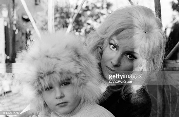 Gina Lollobrigida And Her Son During The Shooting Of The Film 'La Beaute D'Hippolyte' By Giancarlo Zagni RoRome alentours 8 janvier 1962 Lors du...