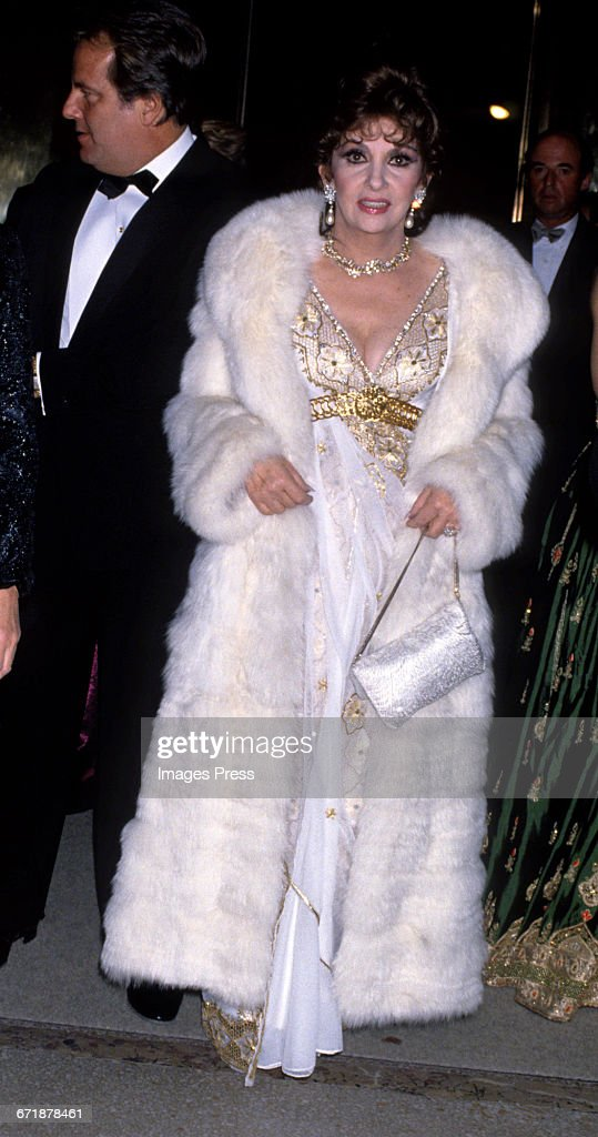 """Annual Costume Institute Exhibition Gala (1988) """"From Queen to Empress: Victorian Dress 1837-1888"""" at the Metropolitan Museum of Art : News Photo"""