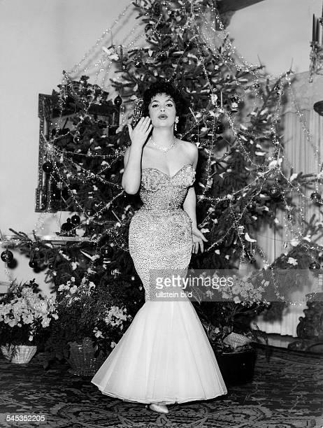Gina Lollobrigida*Schauspielerin Italienvor einem Weihnachtsbaum um 1960