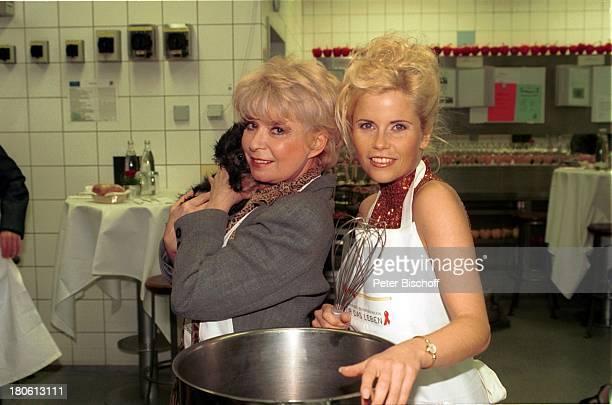 """Gina Wild , Ingrid Steeger mit Dackel """"Adelaide"""", Prominente kochen für die """"Deutsche Aidshilfe""""- Aktion """"Für das Leben"""", Mainz, Dackel, Tier, Hund,"""
